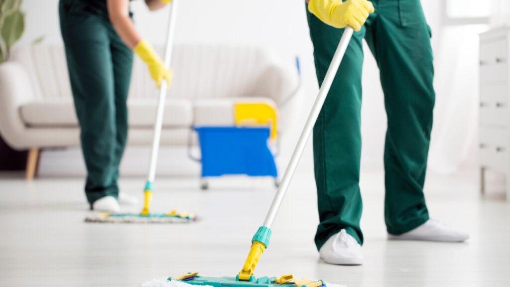 清掃代行会社がモップで掃除をしている様子
