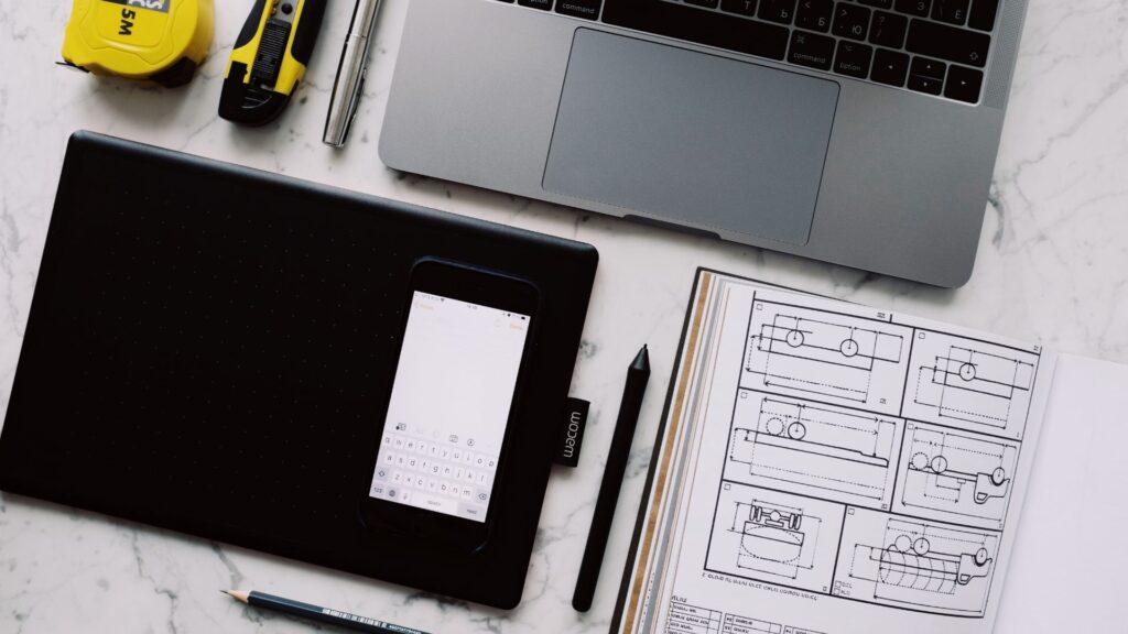 設計図とパソコン