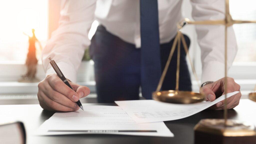 法律に基づいて書類を作成する男性