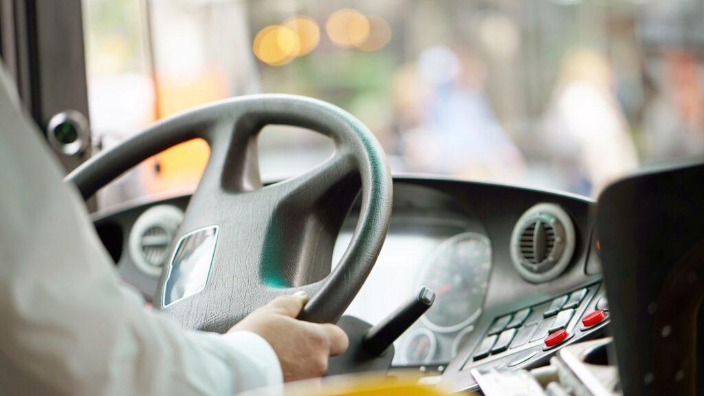 バスを運転する人