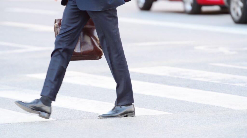 スーツで歩く男性