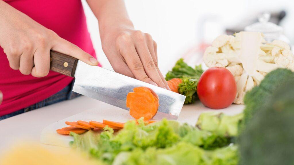 野菜を切る人