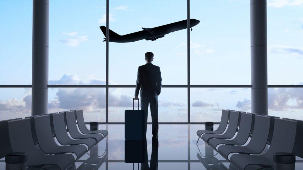 空港に着いたビジネスマン